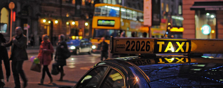 Taksówka czy pociąg – czym najszybciej dostać się z lotniska do centrum miasta?